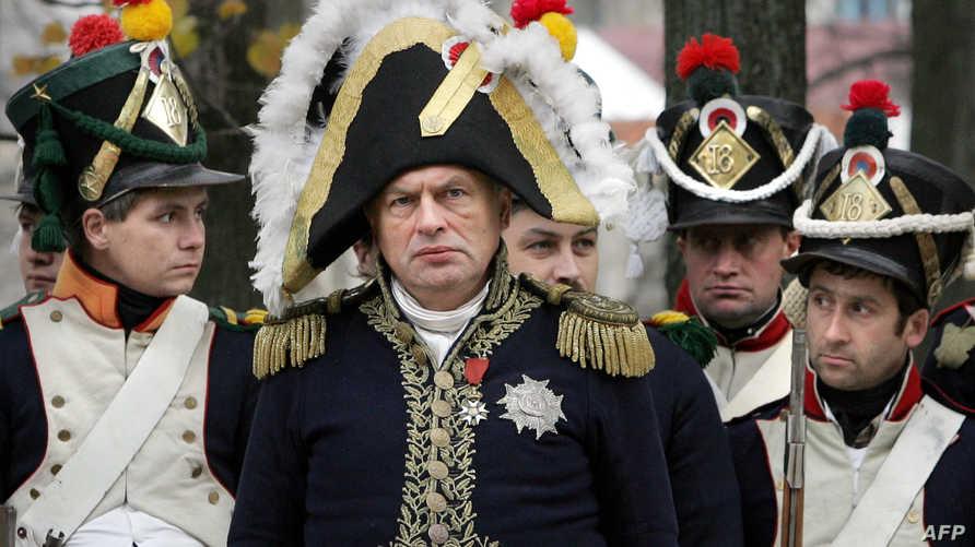 أوليغ سوكولوف خلال إعادة تمثيل لمعركة جرت عام 1812 بين جنود فرنسيين وجنود روس