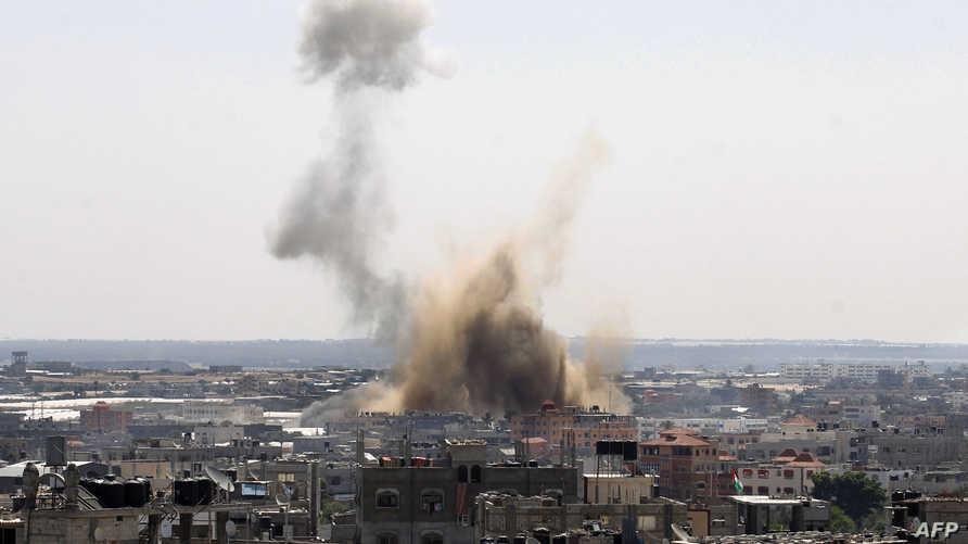 سحب الدخان تتصاعد من موقع استهدفته غارة جوية إسرائيلية في رفح بقطاع غزة