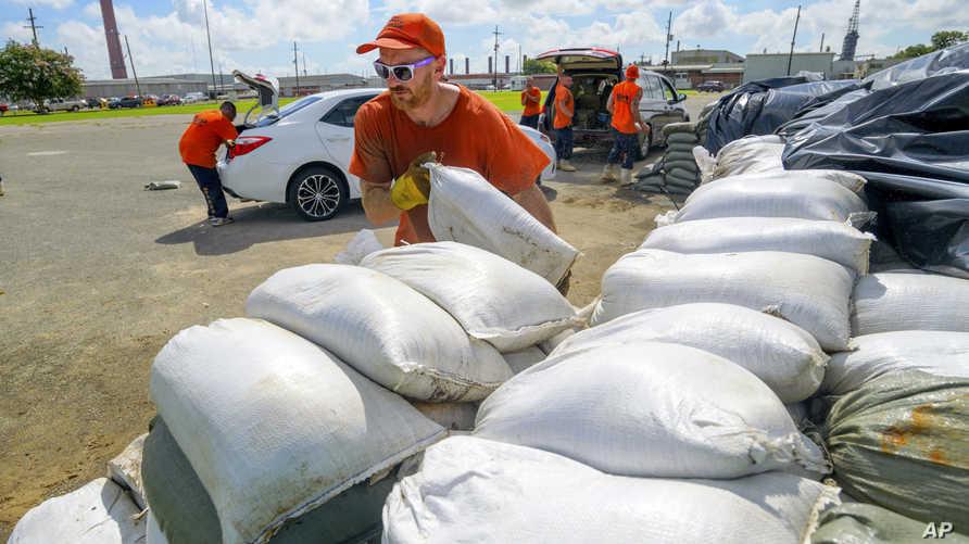 بناء حوائط من أكياس الرمل لحماية المنازل من تدفق المياه في لويزيانا