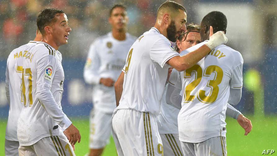 بنزيمة يحتفل مع زملائه بتسجيل هدف في مباراة الريال وإيبار