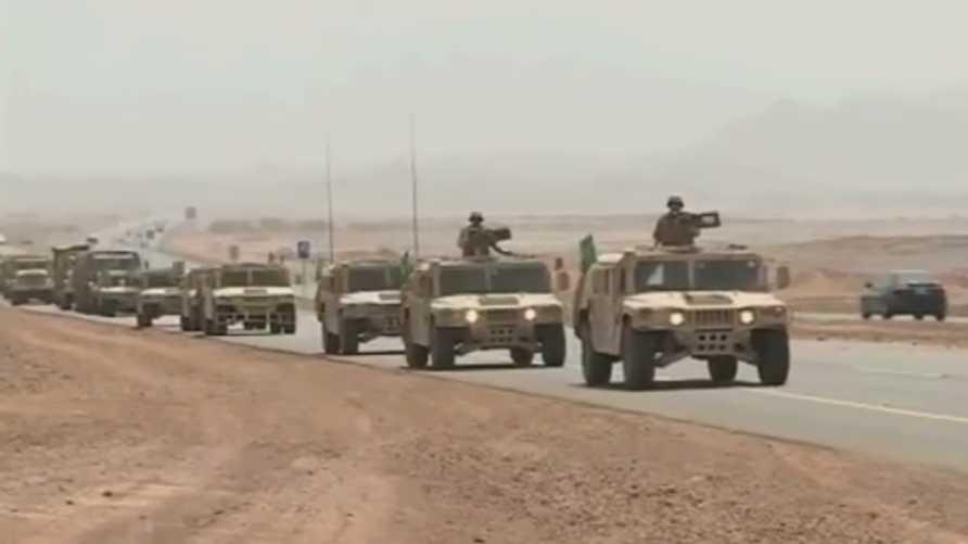 """وحدات من """"القوة الضاربة"""" السعودية وهي متجهة صوب الحدود مع اليمن"""