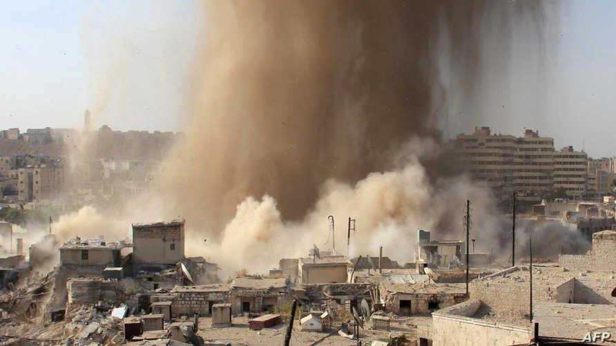 لحظة إلقاء براميل متفجرة على أحد أحياء حلب -أرشيف