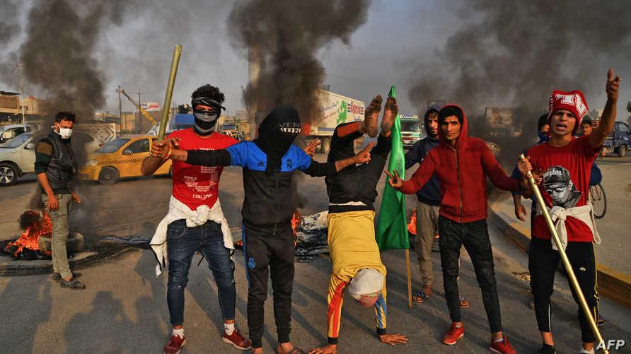 شبان يتظاهرون في مدينة النجف