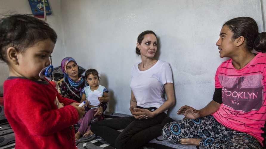 أنجلينا جولي في زيارة لعائلة رونيا