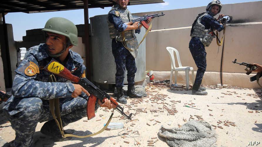 جنود عراقيون على أحد المباني خلال الهجوم على الموصل القديمة