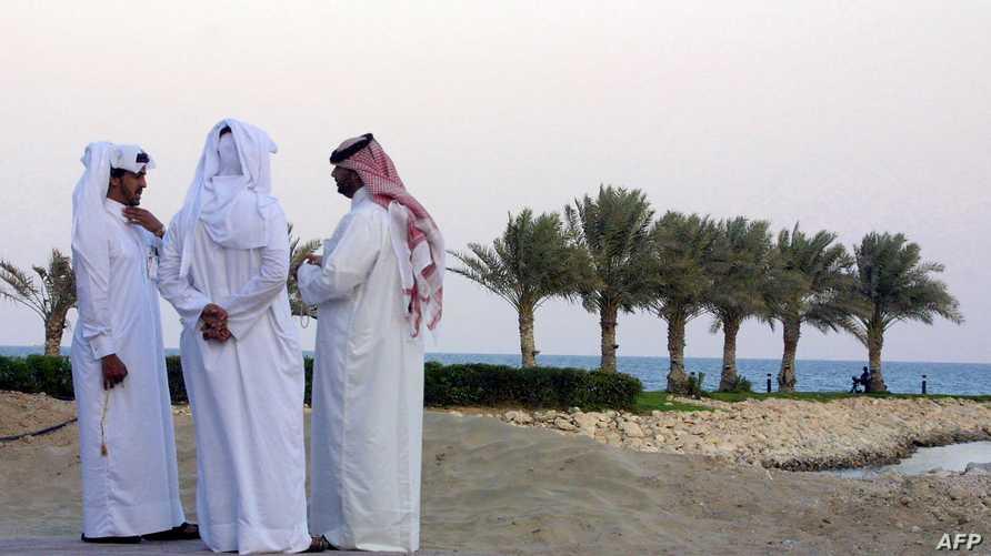 قطريون على شاطئ الدوحة