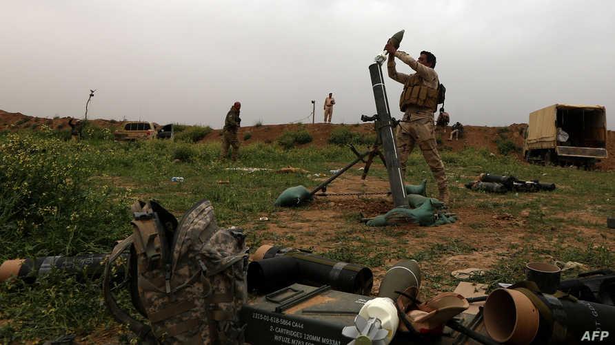جنود عراقيون على مشارف مخمور خلال عملية عسكرية لاستعادة محافظة نينوى ومركزها الموصل