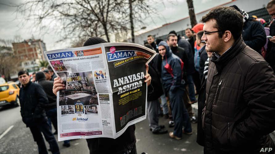 متضامن مع صحيفة زمان يقرأ آخر عدد منها