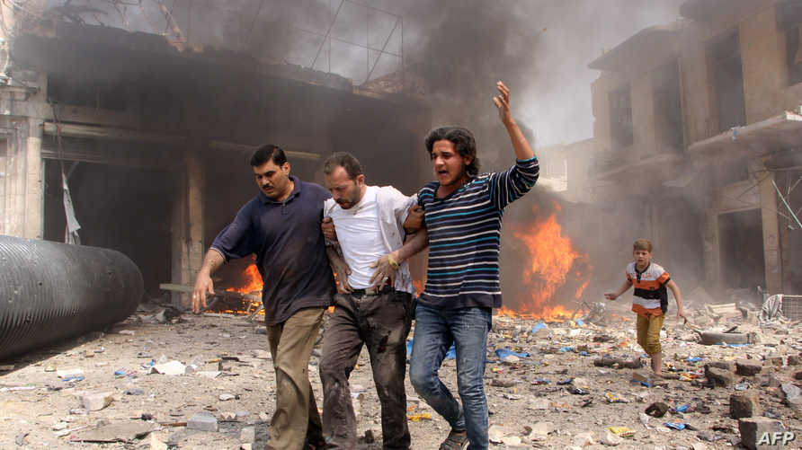 إجلاء مدنيين تعرضوا للقصف بالبراميل المتفجرة في سورية
