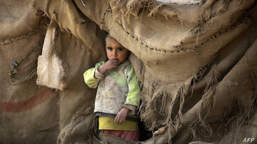 طفل سوري في منطقة نزح إليها مواطنون من قرية قرب الرقة
