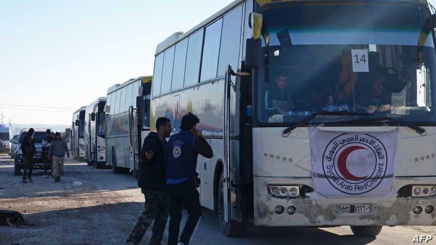 حافلات تقل مواطنين من حي الوعر في حمص - أرشيف