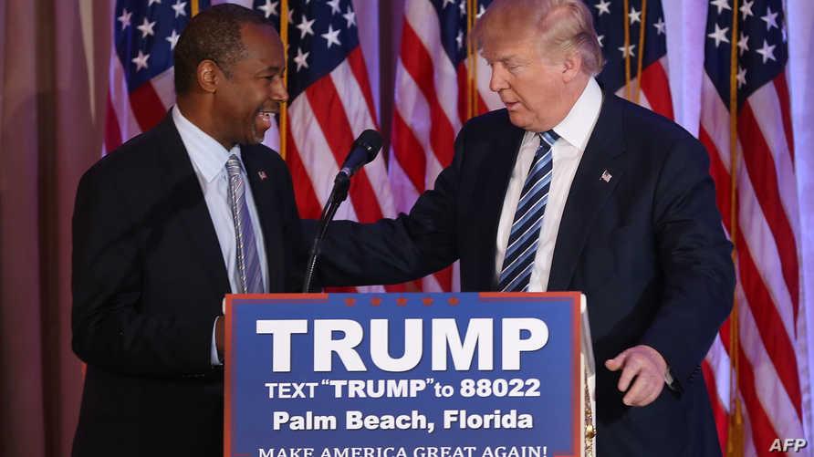 بن كارسون وترامب خلال تجمع انتخابي