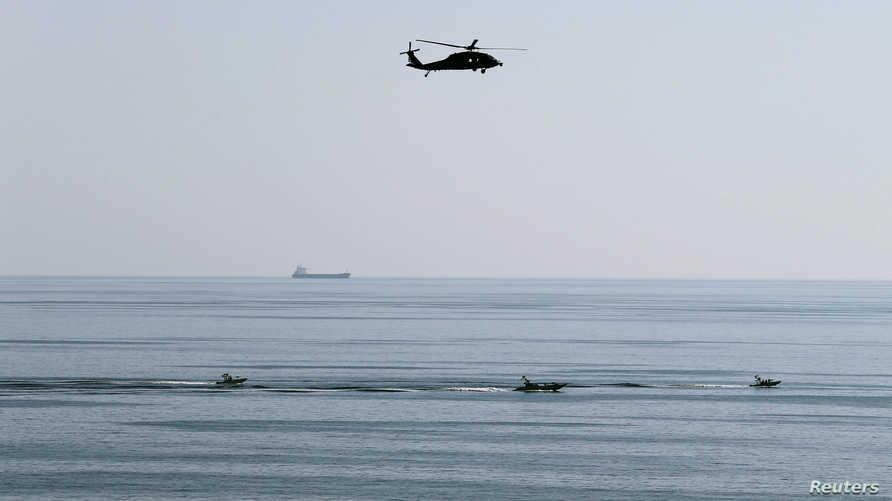 مروحية MH-60S تحلق فوق قوارب للحرس الثوري الإيراني (أرشيفية)