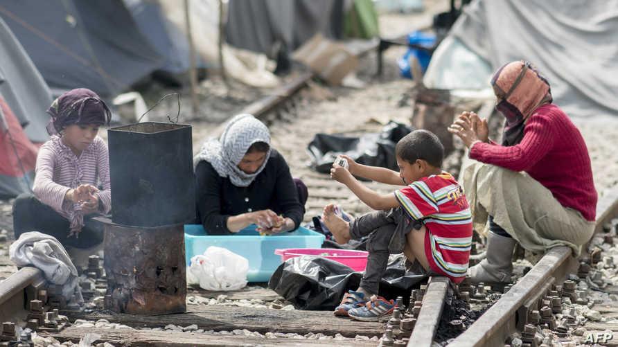 لاجئون في مخيم للاجئين عند الحدود اليونانية-المقدونية- أرشيف
