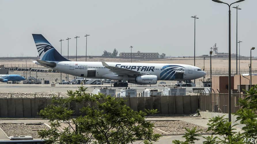 """طائرة تابعة لـ""""مصر للطيران"""" في مطار القاهرة الخميس"""