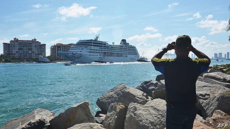 """السفينة """"أدونيا دو فاتوم"""" لحظة مغادرتها ميناء ميامي"""