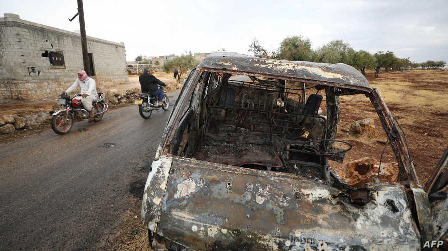 """سيارة محترقة في الموقع الذي شنت فيه القوات الأميركية الهجوم الذي استهدق زعيم تنظيم """"داعش"""" أبو بكر البغدادي"""