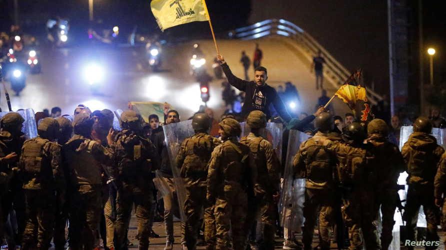 مناصرو حزب الله يحاولون تفريق المتظاهرين المعارضين للحكومة اللبنانية في العاصمة بيروت - 25 نوفمبر 2019