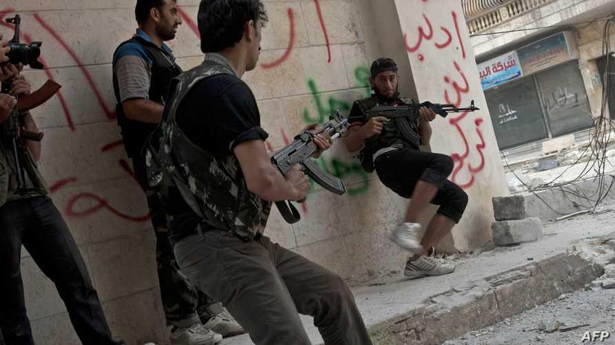 عناصر من معارضي سورية خلال اشتباكات مع قوات النظام شمال البلاد