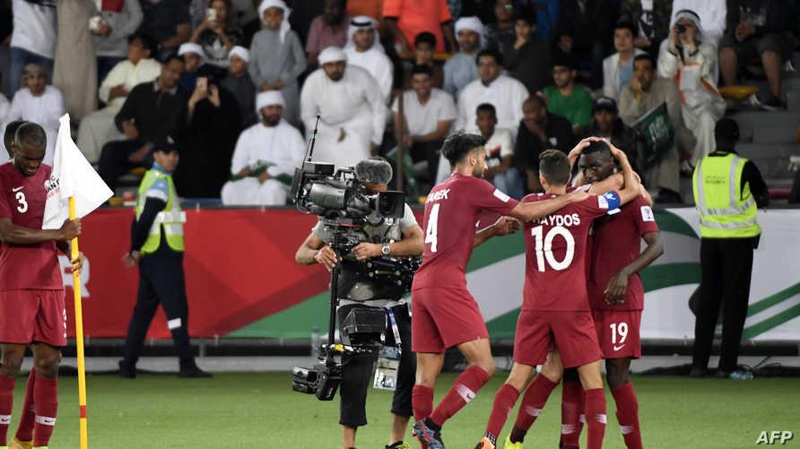 لاعبو المنتخب القطري يحتفلون بهدف في الشباك السعودية
