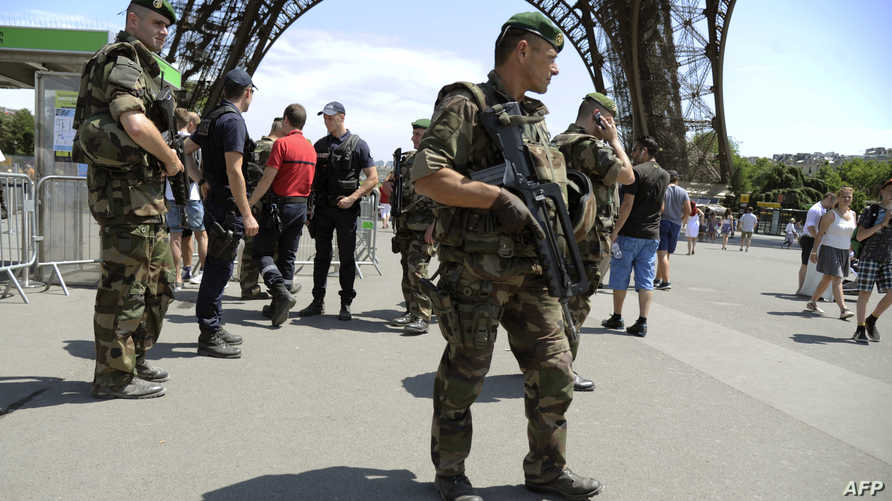 جنود فرنسيون ينتشرون قرب برج ايفل في باريس