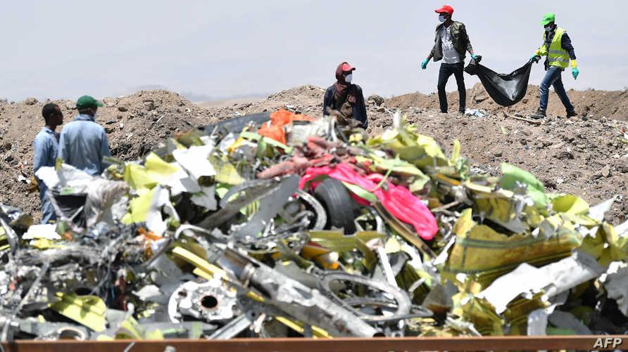 محققون في موقع تحطم الطائرة الإثيوبية