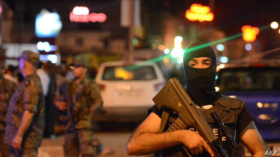 رجل أمن تونسي في موقع حادث إرهابي قرب محطة مترو بتونس بتاريخ 3 يوليو 2019