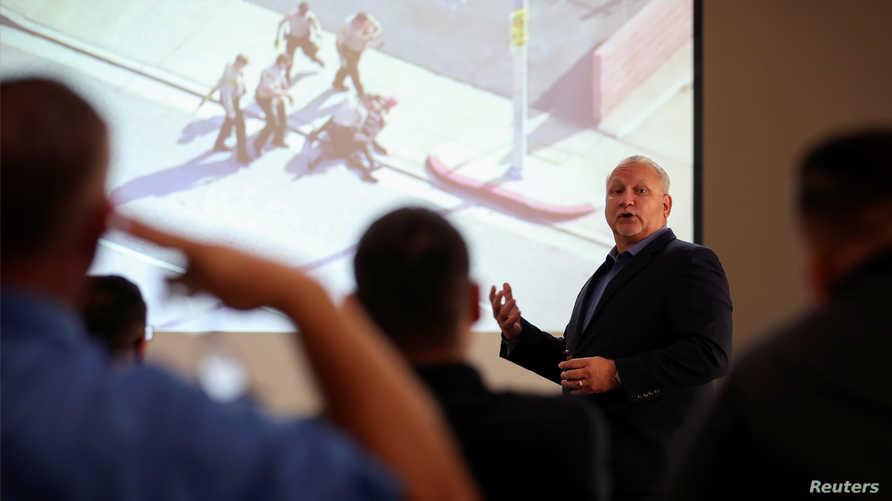 ماكل روثانز ممثل شرطة راب تكنولوجي يقدم عرضا لاستخدام بولاراب