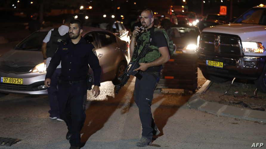 عناصر من الأمن الإسرائيلي في موقع الهجوم بمستوطنة آدم