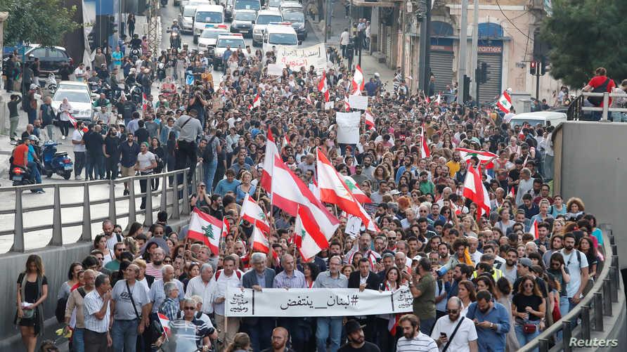 محتجون يسيرون على أحد شوارع بيروت - 31 أكتوبر 2019