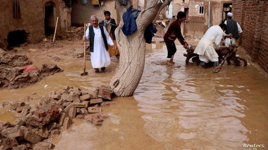 مواطنون في إحدى المناطق المتضررة في هرات