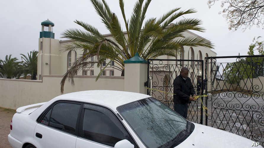 محقق جنوب إفريقي عند مدخل المسجد الذي شهد الهجوم