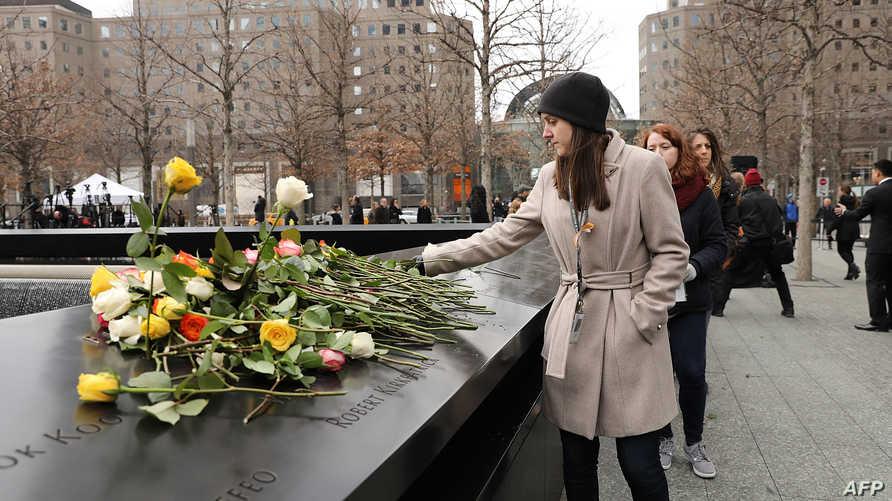 تضع ورودا عند النصب التذكاري لضحايا أحداث 11 أيلول/سبتمبر