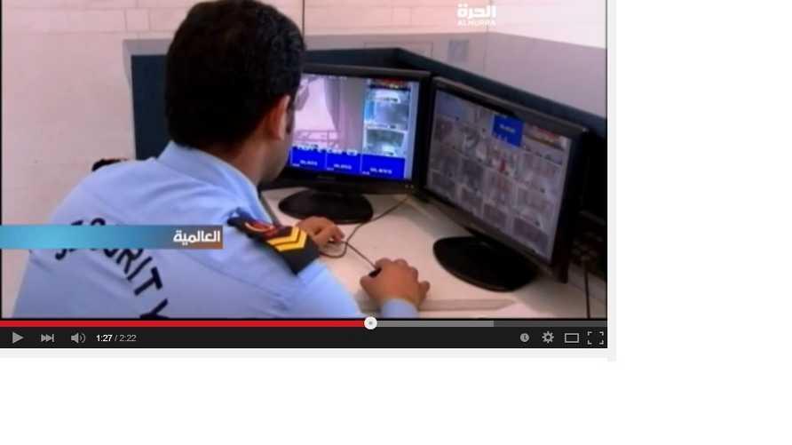 رجل أمن كويتي يتابع لقطات تنقلها كاميرات في إحدى مناطق العاصمة