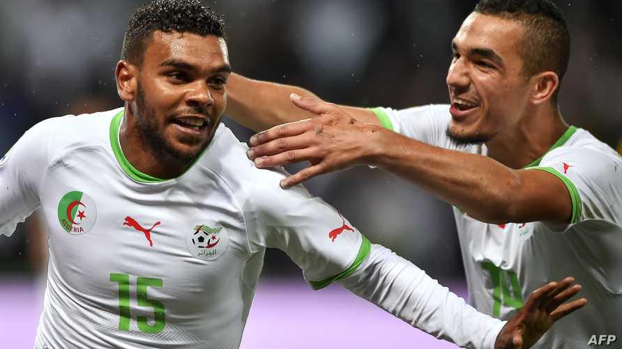 لاعب المنتخب الجزائري هلال سوداني (يسار) يحتفل بالهدف الثاني في مباراة رومانيا