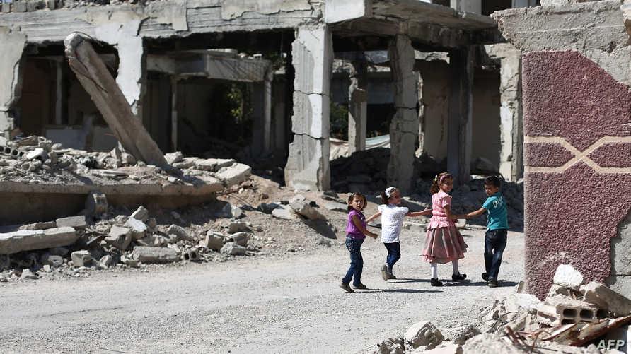 أطفال سوريون وسط الدمار - أرشيف