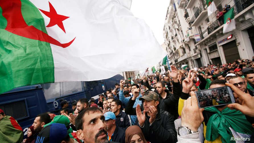 محتجون يشاركون في مظاهرات ضد الانتخابات الرئاسية في الحزائر - 22 نوفمبر 2019