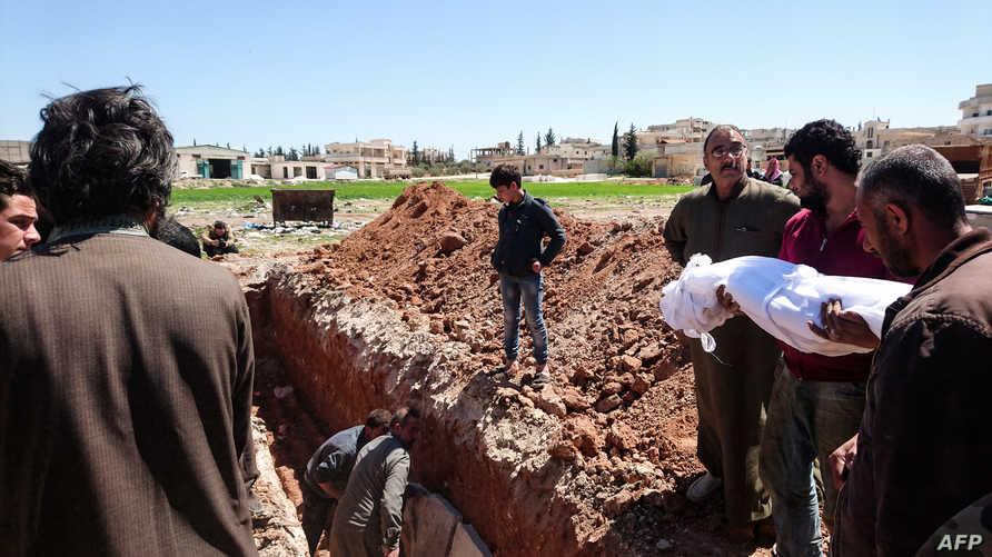 سوريون يدفنون جثث لضحايا هجوم خان شيخون