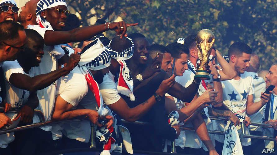 لاعبو المنتخب الفرنسي يحتفلون بفوزهم في كأس العالم