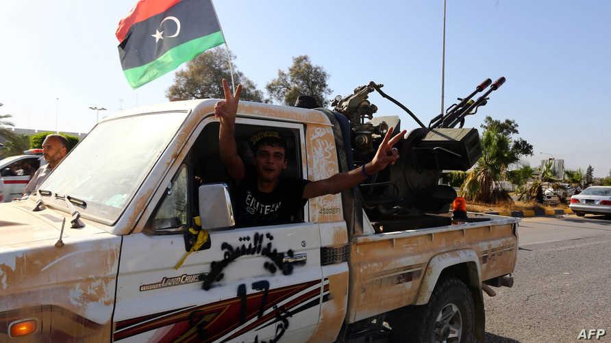 """عناصر تابعة لميليشا """"فجر ليبيا"""" قرب مطار طرابلس خلال مواجهات القوات الموالية لحفتر يوم الأحد"""