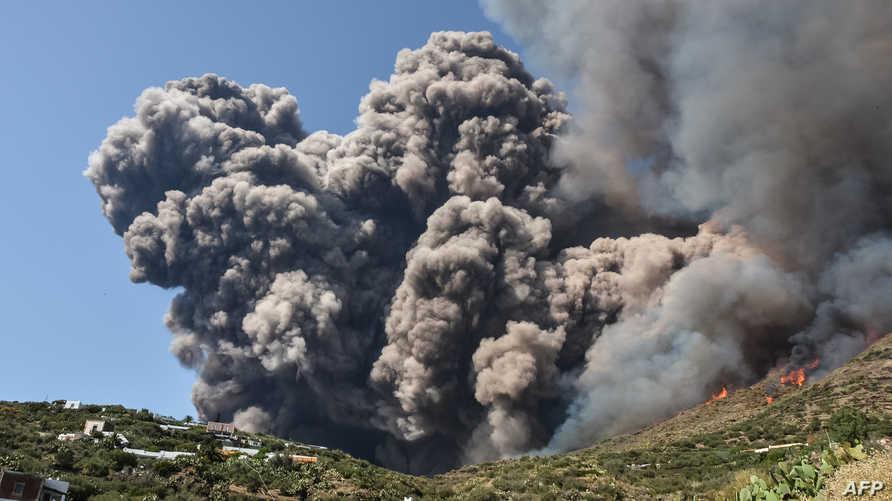 الدخان يتصاعد من بركان سترومبولي في صقلية