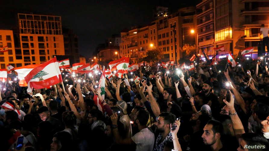 تجمع المحتجين في وسط بيروت يجمعهم علم لبنان