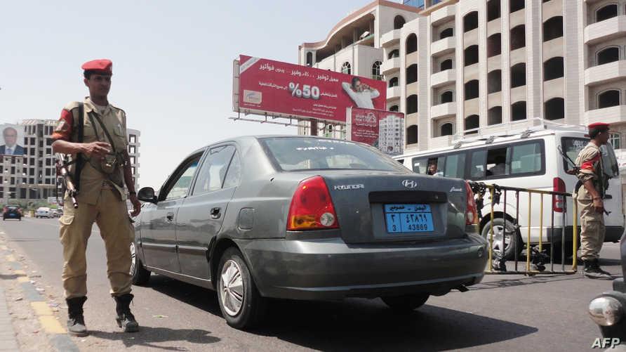 عنصر في قوات الأمن اليمنية في أحد الشوارع المؤدية إلى القنصلية السعودية في عدن عقب الإعلان عن اختطاف دبلوماسي سعودي