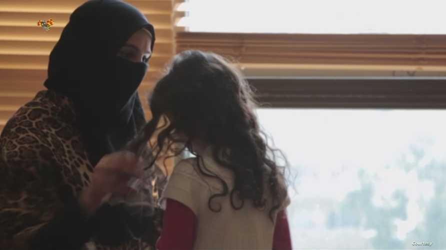 سجى الدليمي مع ابنتها