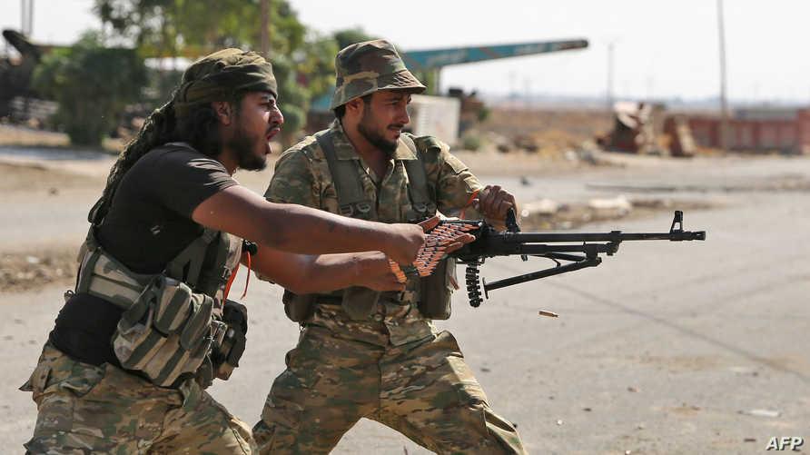 مقاتلان سوريان مدعومان من تركيا خلال معارك في بلدة راس العين