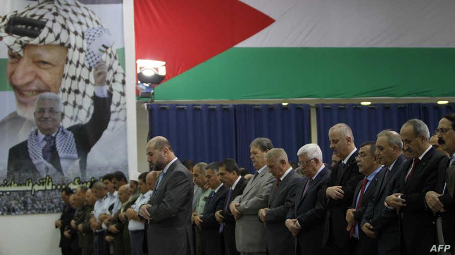 الرئيس الفلسطيني محمود عباس ومسؤولون فلسطينيون يؤدون صلاة العيد