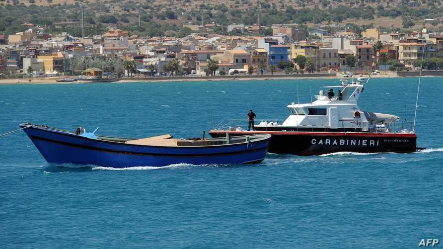 البحرية الإيطالية تحجز زورقا على متنه مهاجريين غير شرعيين