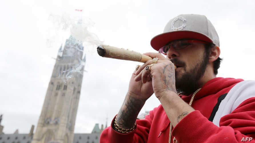 كندي يدخن الماريوانا عند البرلمان في اوتوا