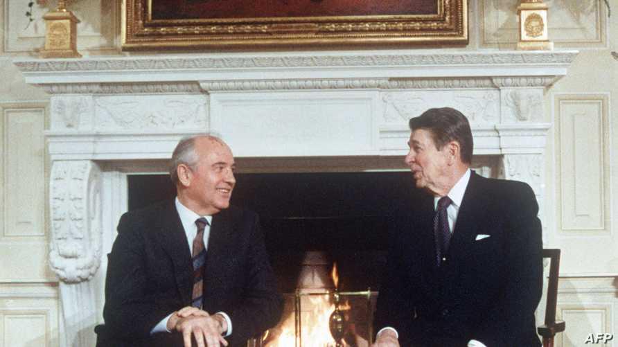 الرئيس الأسبق رونالد ريغان (يمين) والزعيم السوفييتي ميخائيل غورباتشوف خلال القمة التي تضمنت التوقيع على المعاهدة عام 1987