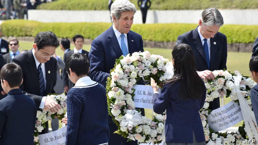 كيري خلال زيارته للنصب التذكاري لضحايا هيروشيما